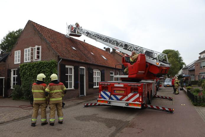 Bij een brand in een schoorsteen in Esch blusten omwonenden het vuur met een tuinslang.