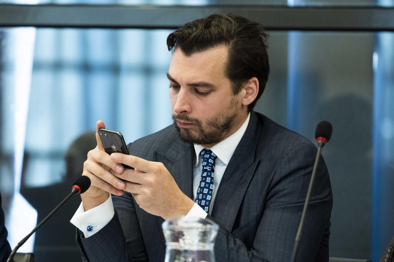 Thierry Baudet in de Tweede Kamer.  Zijn partij Forum voor Democratie heeft sinds de uitbraak van de coronacrisis duizenden euro's uitgegeven aan online 'cononagerelateerde' online-berichten.