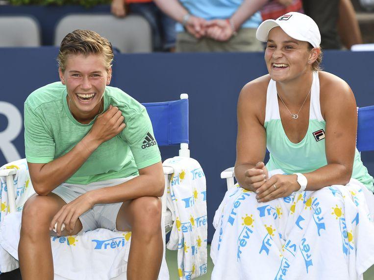 Demi Schuurs (l) en Ashleigh Barty hebben dikke pret na het winnen van de dubbelspelfinale in Montreal. Beeld AFP