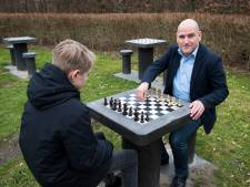 Julian (26) start petitie: 'Zet schaaktafels in Goffertpark tegen dementie en eenzaamheid'