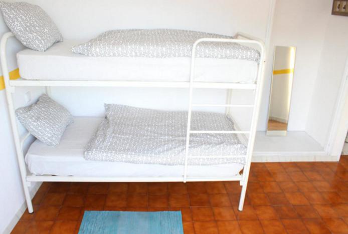 Interieurfoto van hostel Rich & Poor in het Portugese Albufeira, dat de meiden een kamer gaf.