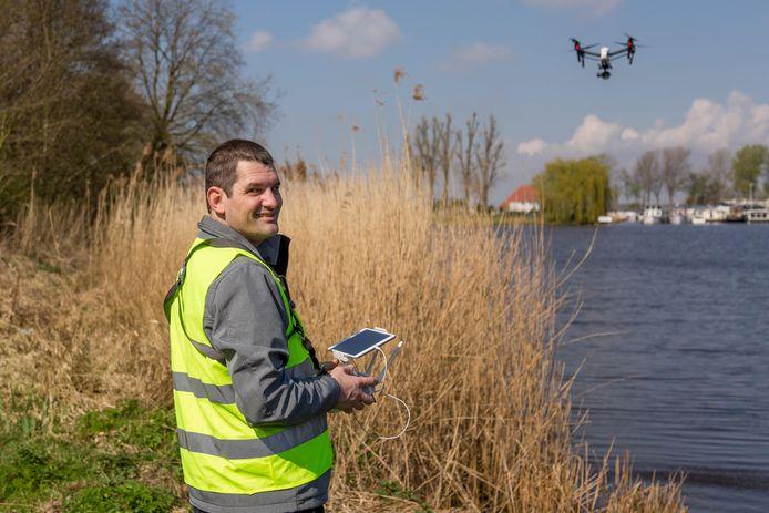 Gerbert Kannekens aan het werk met zijn drone
