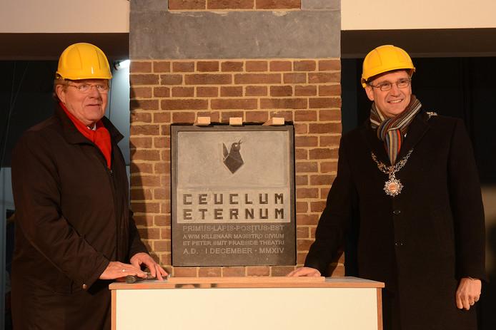Peter Smit (links) met burgemeester Wim Hillenaar tijdens het plaatsen van de eerste steen voor de verbouwing van de schouwburg een aantal jaar geleden. Ceuclum Eternum is Latijns voor Cuijk voor eeuwig.