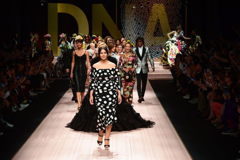 Italiaans model en actrice Monica Bellucci (voor) en modellen presenteren creaties tijdens de Dolce & Gabbana modeshow. Beeld AFP