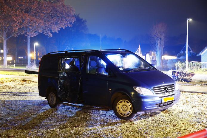 Het gehavende busje met op de achtergond de overblijfselen van de motor van het zwaargewonde slachtoffer op de Heerderweg.