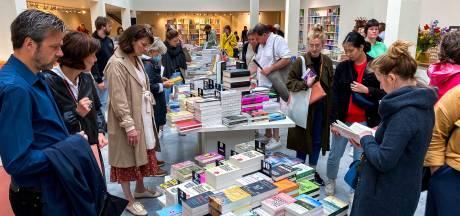 """Eerste klanten zijn fan van nieuwe setting boekenwinkel Stad Leest: """"Echt een paleis!"""""""