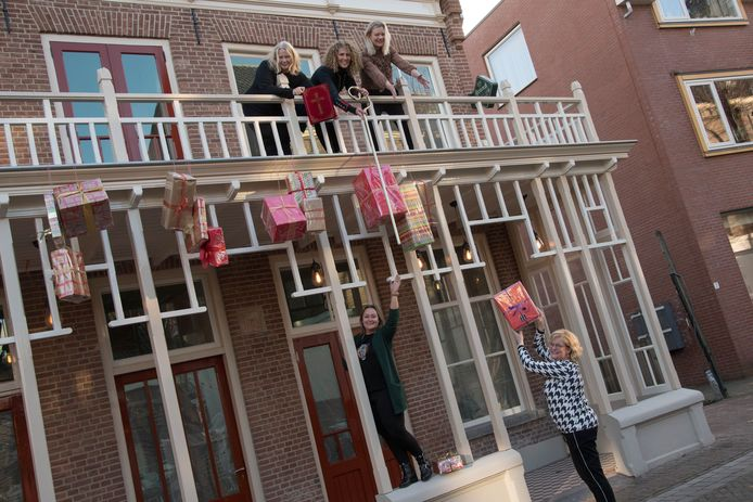 De zes ondernemers in het 'vergeten hoekje' van de Dorpsstraat versieren dorpsherberg De Roskam, het 'Huis van Sinterklaas'.