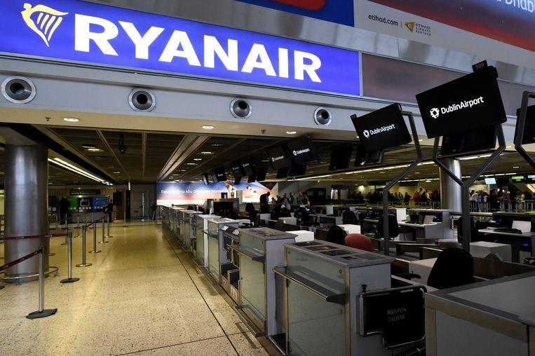 Een lege incheckbalie in Dublin, Ierland. De budgetvlieger schrapte in september en oktober vorig jaar tientallen vluchten per dag door personeelsproblemen.