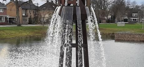 Grote fontein in Blokkenpark in Nijverdal spuit na half jaar weer water: Vandalisme is meest waarschijnlijke oorzaak van defecte pomp