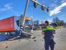 Vrachtwagen rijdt tegen stoplicht in Nieuwegein