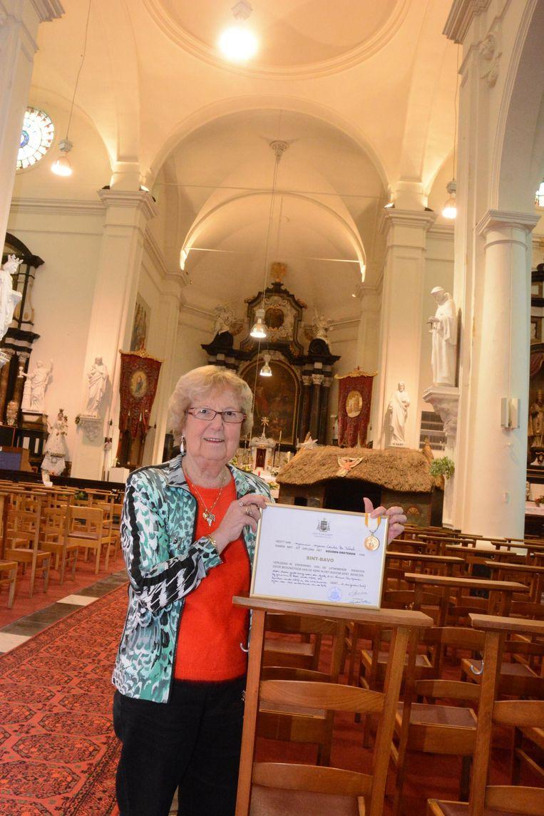 Voor haar vijftig jaar lange inzet voor de parochiekerk kreeg Cecile De Wael een gouden ereteken van de bisschop.