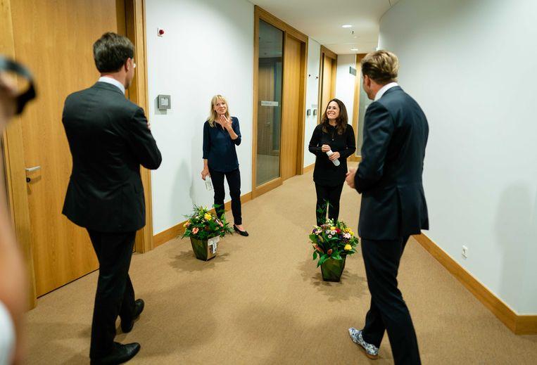 Premier Rutte en minister De Jonge bieden gebarentolken Corine Koolhof en Irma Sluis bloemen aan na de voorlopig laatste persconferentie over de coronacrisis.  Beeld ANP