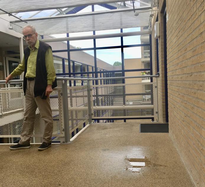 Bewoner Tom Bohle en nog een overgebleven plasje water op de bovenste verdieping van het flatgebouw aan de Arnhemse Esperantolaan.