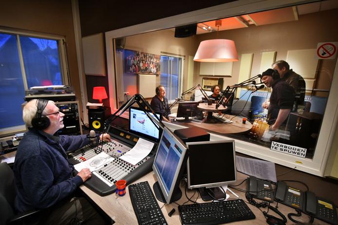 De radiostudio van Hofstreek FM, hier tijdens een uitzending van Streektaal Radio met Ben Nijkamp.