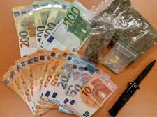 Politie vindt geld, een wapen en drugs in auto, bestuurder aangehouden