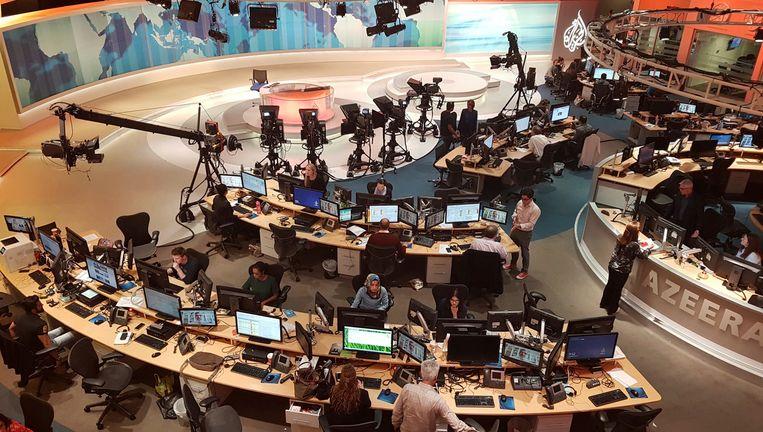 De tv-studio van Al-Jazeera in Doha, Qatar. In Saoedi-Arabië, de Verenigde Arabische Emiraten, Bahrein en Egypte zijn alle vestigingen van de nieuwszender gesloten en de uitzendingen geschrapt.