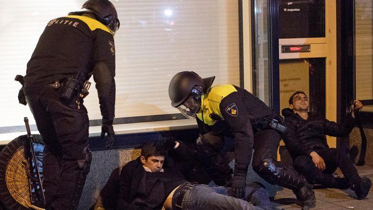 Turkse demonstranten zijn gewond geraakt nadat de ME zondag ingreep in Rotterdam. Beeld ANP