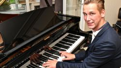 """Audric (22) is bijna blind, maar gaat voluit voor carrière als pianist: """"Op een dag wil ik mijn eigen pianobar openen"""""""