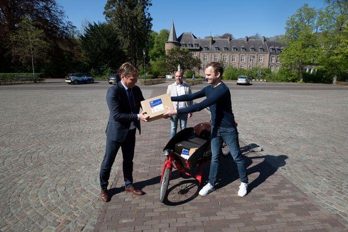 Centrummanager Dirk Lammers (midden) in april van dit jaar op het Ridderplein, waar hij samen met ondernemer Pieter Staadegaard (rechts) de Gemertse Verrassingsbox presenteerde aan burgemeester Michiel van Veen.