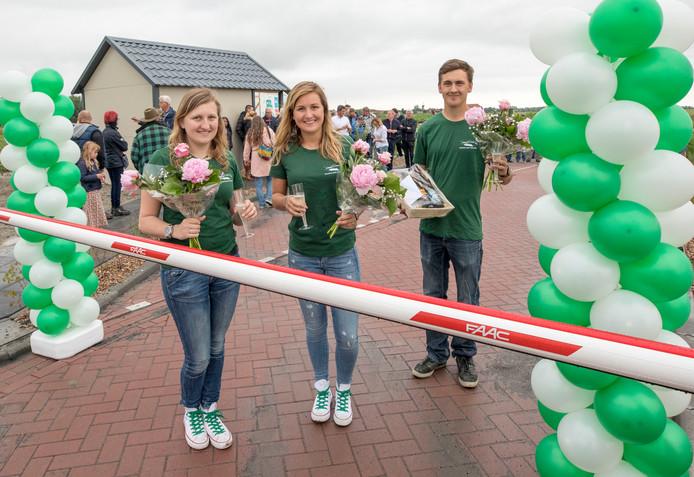 Marjan, Linda en Jaco Jasperse op het zaterdag geopende camperpark in Wolphaartsdijk.