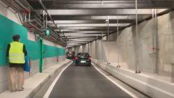 Blinde voetganger op stap in nieuwe Antwerpse autotunnel