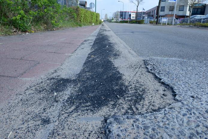 Tuf Recycling moet rubbergranulaat dat op de openbare weg ligt, meteen verwijderen.