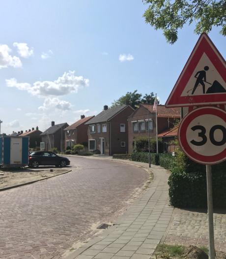Spaden de grond in voor wegwerken in gemeente Hulst