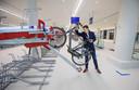 Wethouder Robert van Asten in de fietsenstalling toen deze nog niet in gebruik was.