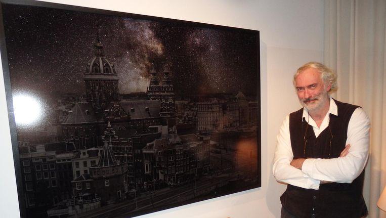 Kunstenaar Thierry Cohen met zijn zonnehemel boven Amsterdam.