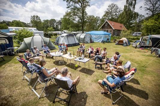 e18883c2ac8fcc Enschedeërs kamperen al 40 jaar samen: 'Zoveel meer dan buren ...