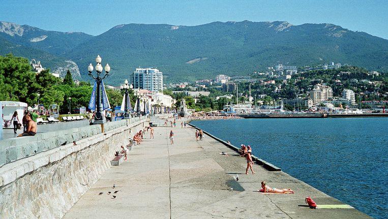 Zonzoekers op de promenade bij de badplaats Jalta op het door Rusland geannexeerde schiereiland de Krim. Er komen nog toeristen naar de Krim, maar aanzienlijk minder dan voor de Russische inname, vorig jaar maart. Beeld Flickr/Yuriy Kuzin