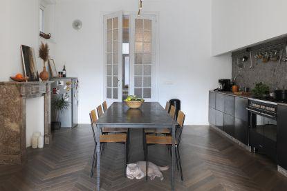 """Arthur en Kelly verbouwden muffe flat uit 1926 tot chique woonst: """"Onze 'maatkeuken' is gewoon gepimpte Ikea"""""""