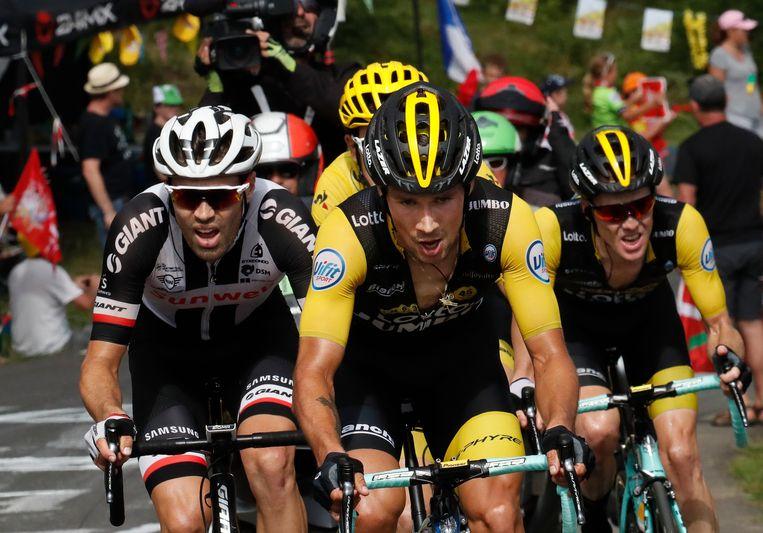 Primoz Roglic met in zijn kielzog geletruidrager Geraint Thomas en naast zich Tom Dumoulin (links)  en Steven Kruijswijk (rechts) in de 19de etappe van de Tour van 2018. Beeld AP