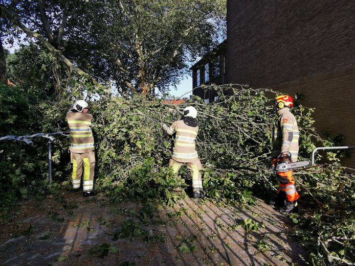 De brandweer moest uitrukken voor een stormschademelding aan de Dorresteinseweg.