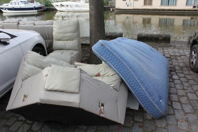 Enkele zetels en een matras liggen ondertussen al een tijdje langs de Dender ter hoogte van de Ecoshop.