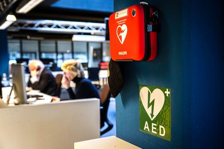 Automatische externe defibrillators kunnen bij een hartstilstand het best binnen zes minuten gebruikt worden.  Beeld ANP