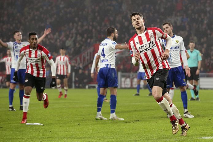 Marco van Ginkel was weer eens bepalend in een duel van PSV en scoorde tegen VVV.
