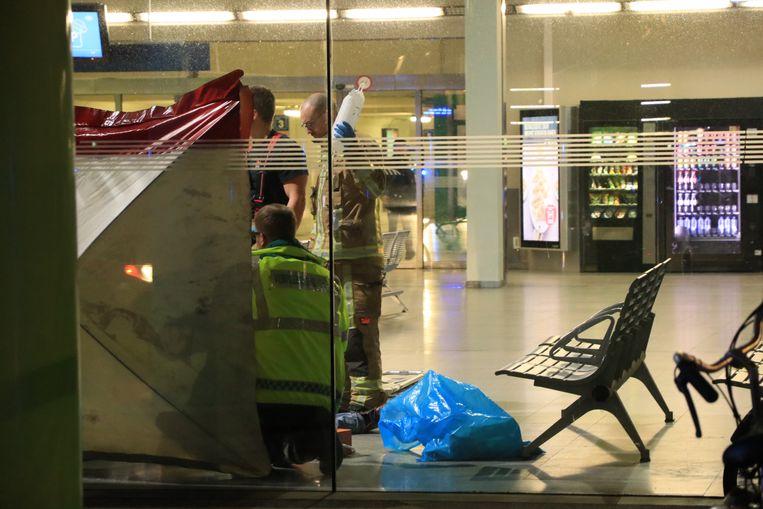 Woensdag in het stationsgebouw van Sint-Niklaas: nadat buschauffeur Marc tien minuten hartmassage heeft toegediend, nemen de ambulanciers het over.