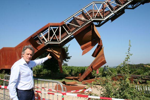 Burgemeester Beeken toont de schade.