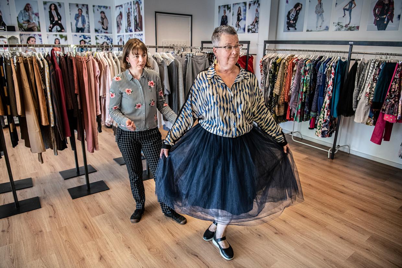 Maria Kuznetsova, eigenaresse van Outfit Library Less in Arnhem, helpt een klant met kleding uitzoeken.