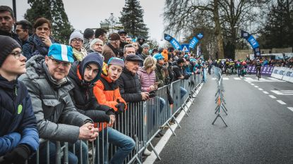 Overrompeling voor start van de Omloop in 't Kuipke, iedereen wil foto's scoren