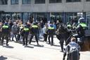 De politie verdrijft de menigte.