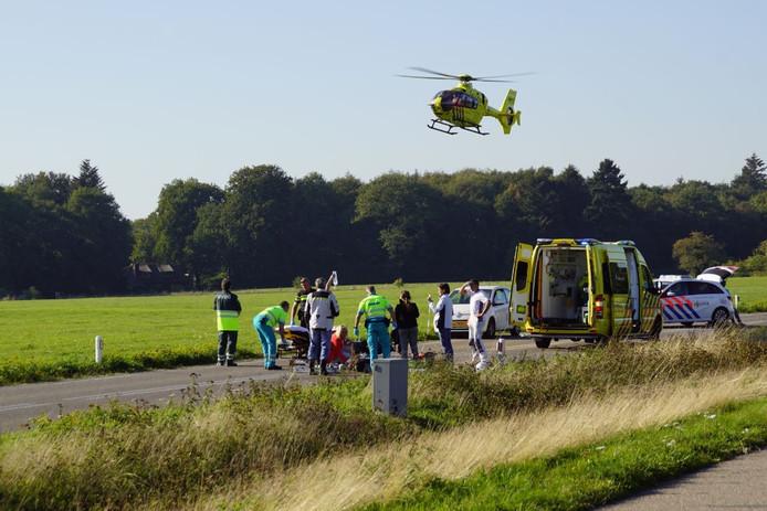 De zwaargewonde motorrijder moest met een traumahelikopter naar het ziekenhuis worden gebracht.