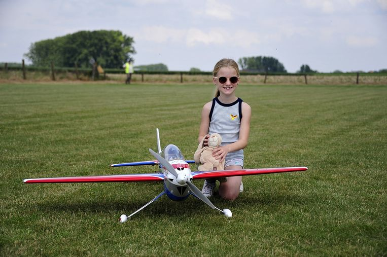 Kinderen laten hun knuffeldier of lievelingspop de lucht in tijdens het 'Knuffelvliegen' in Heldergem.
