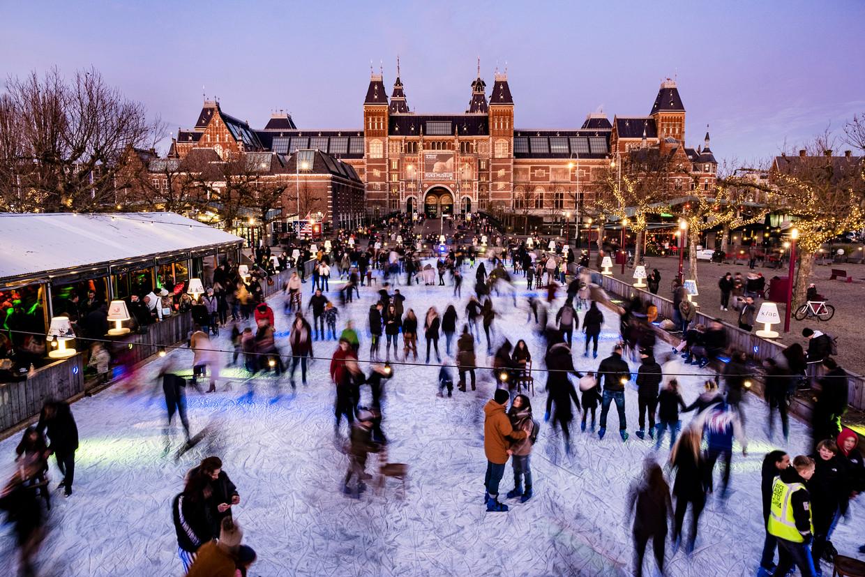 Nederland, Amsterdam. 01-12-2019 De schaatsbaan op het museumplein voor het Rijksmuseum. Foto: Ramon van Flymen / Hollandse-Hoogte Beeld Hollandse Hoogte / Ramon van Flymen