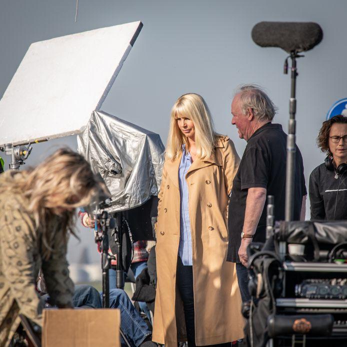 Linda de Mol op de filmset in Yerseke. Bij de Ankerweg en de oesterputten is maandag en dinsdag gefilmd voor de film April, May en June.