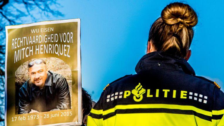 Een agente houdt toezicht over een demonstratie tegen politiegeweld. Beeld anp