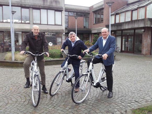 Burgemeester Edward De Wit (links) en schepenen Freddy De Ruysscher en Jos Thomas testen de nieuwe elektrische fietsen uit.