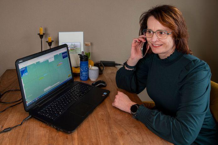 Petra Post belt met oceaanroeister Astrid Janse om de juiste koers te bepalen op de Atlantische oceaan en de weersvoorspellingen te bespreken.