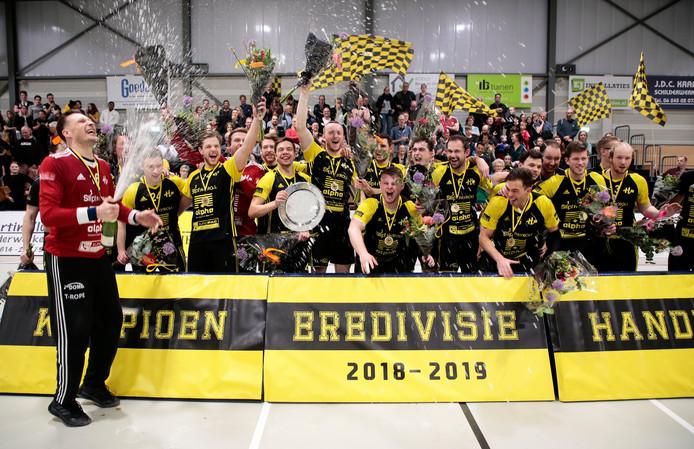 De handballers van Houten vieren het kampioenschap na de winst op Aalsmeer, afgelopen seizoen.